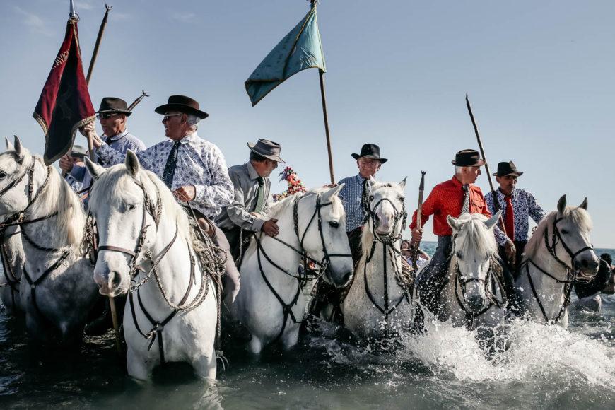 Seis caballos blancos guían la procesión, que camina hasta el mar para sumergir la imagen en el agua. /Foto: Andrea Mantovani