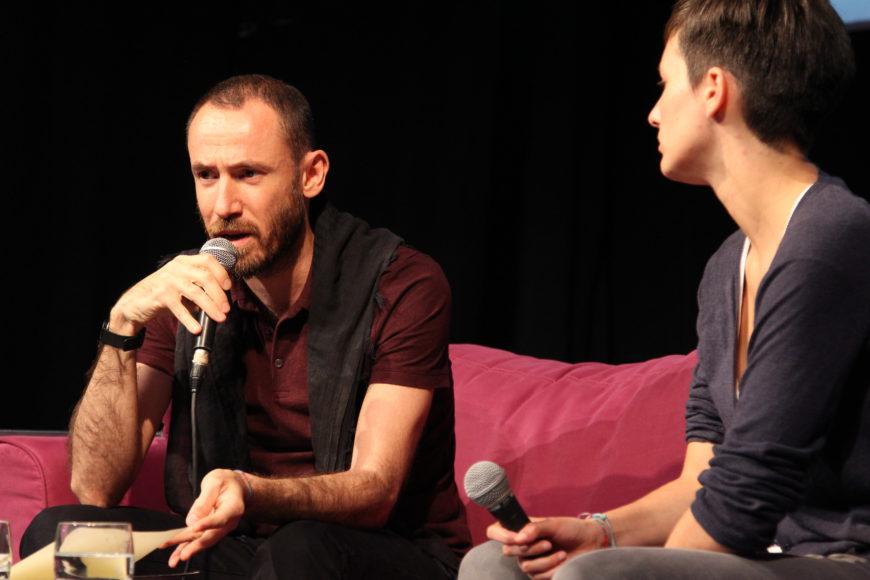 Daniel Ahmed y June Fernández, durenta la entrevista hecha en directo en Bilbao. / Foto: Ecuador Etxea
