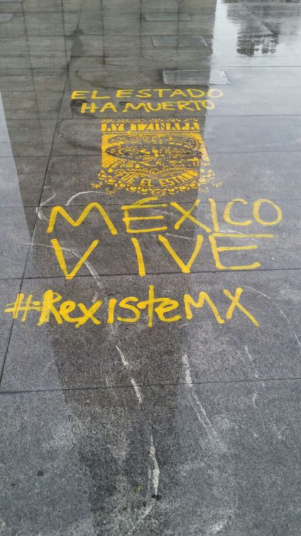 Pintada en el suelo #ResisteMx. /Foto: LLL.