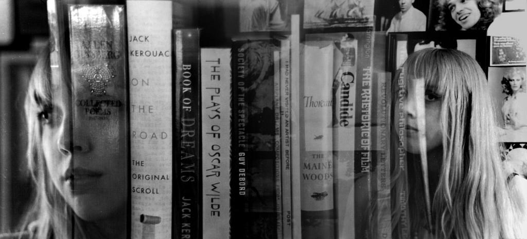 Foto en blanco y negro de una estantería llena de libros de poesía de escritores que formaron parte de la generación beat