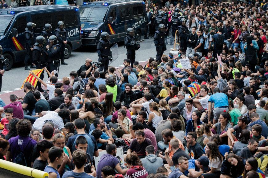 20 de septiembre. La Policía Nacional intenta entrar en la sede de la CUP. Cientos de manifestantes se agrupan para bloquearles el paso y evitar la intervención al proceso de desmonte del referéndum.