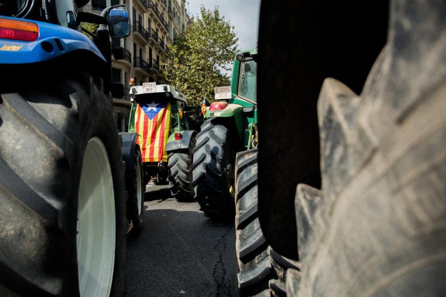 29 de septiembre. Payeses de toda Catalunya se movilizaron hacia las ciudades en unos 2000 tractores –400 de ellos en Barcelona–, criticando la violación de los derechos civiles y demostrando la magnitud del apoyo al referéndum.