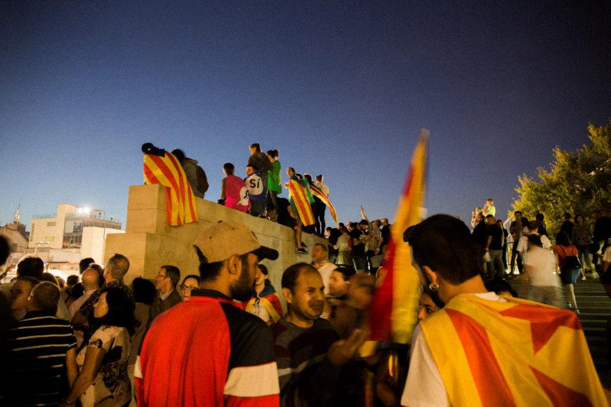 """29 de septiembre. Miles de personas acuden al cierre de campaña en Montjuïc, donde, entre conciertos y suspenso por los días siguientes, Puigdemont declara que """"hoy ya hemos ganado"""". Esperan el 1-O sin miedo y listos a ejercer su derecho al voto."""