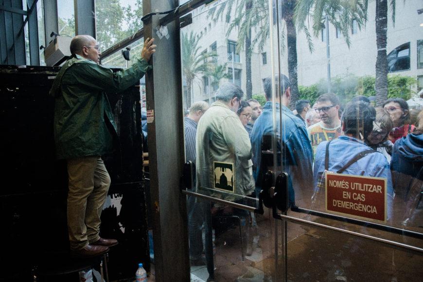 1 de octubre. Sants. Luego del bloqueo al sistema digital de votación, y ante el paso de los furgones de la Policía Nacional, las puertas del recinto son cerradas y se detiene la votación.