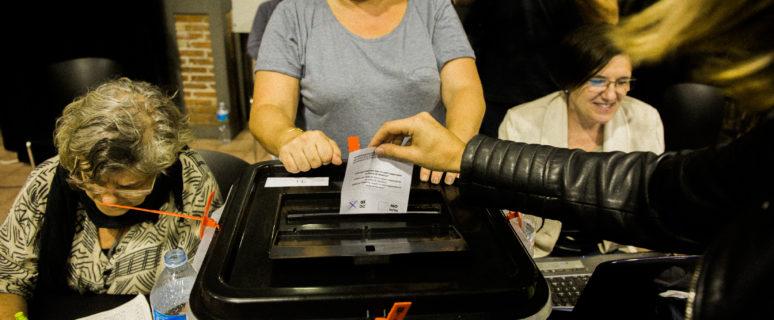 1 de octubre. Cotxeres de Sants tuvo la suerte de no ser afectado por la violencia. Las votaciones transcurren con suspenso hasta el final de la jornada.