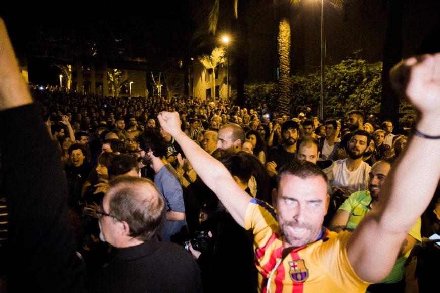 1 de octubre. Fuera de las Cotxeres los votantes que cuidaban la entrada celebran el haber logrado votar a pesar de la intimidación.