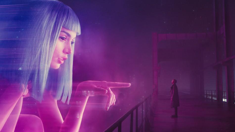 Joi, el personaje-holograma que representa la culminación de toda fantasía masculina de dominación