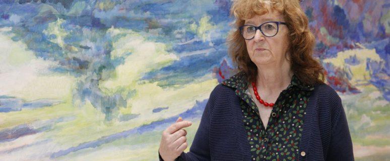 Margaret Harrison, durante la presentación de la muestra en Azkuna Zentroa.