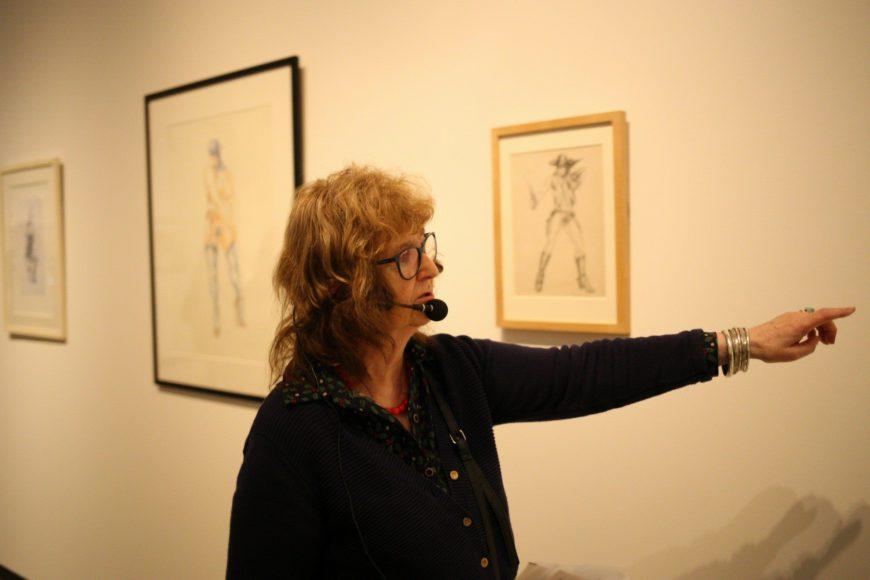 Harrison enseña una de las pinturas que componen la exposición./ Azkuna Zentroa