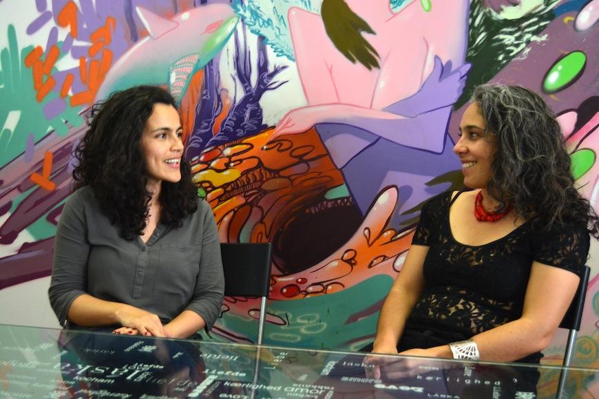 Angélica Padilla (izq.) y María José Pizarro, en un momento de la entrevista./ Virginia Enebral