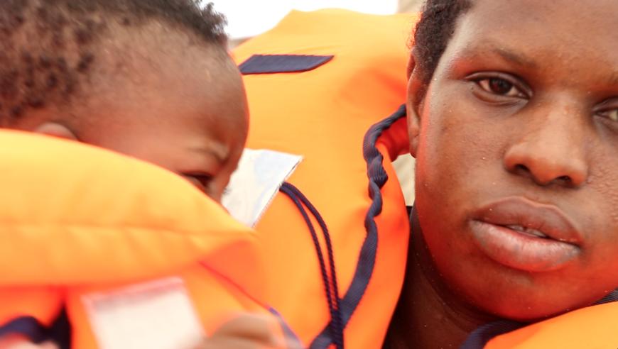 Una migrante, junto a un bebé, rescatados en el Mediterráneo Central. / Foto: Lucía Muñoz