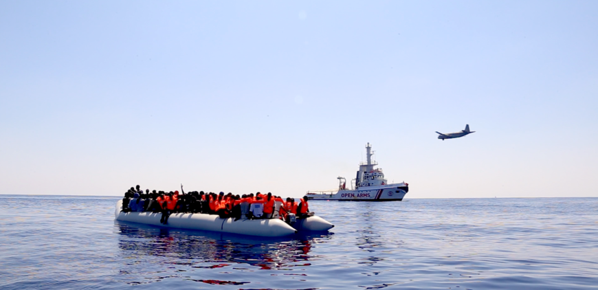 Una de las barcazas rescatadas por Proactiva Open Arms en el Mediterráneo Central. / Foto: Lucía Muñoz