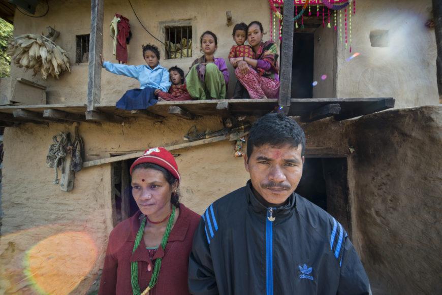 La familia Sand posa frente a su casa. Falta la hija mayor, que estudia en la ciudad. / Foto: Zigor Aldama