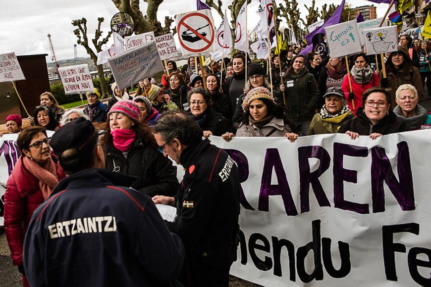 La Ertzaintza apareció una vez empezada la marcha, pidiendo los permisos. / Foto: J. Marcos