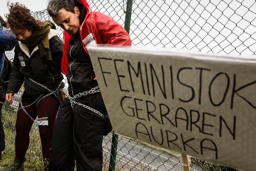Alrededor de 30 mujeres se encadenaron durante casi una hora frente a la valla del puerto. / Foto: J. Marcos