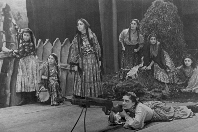 Escena del espectáculo 'En la orilla del Dniéster', del gitano soviético Ivan Rom-Lebedev, en el Teatro Estatal de Moscú Romen. La obra recrea la lucha de los gitanos partisanos contra los fascistas.