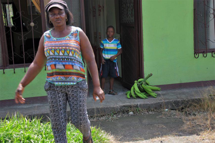 Esperanza vuelve a su finca después de dejar en casa una planta de plátanos. / Foto: María Rado