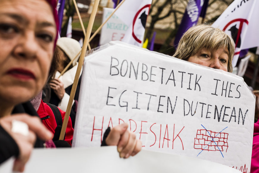 Varias mujeres portaban carteles. / Foto: J. Marcos