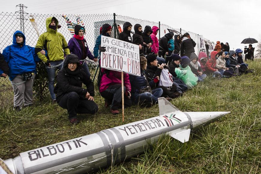 Mientras varias mujeres hacían la acción, la marcha continuó. / Foto: J. Marcos
