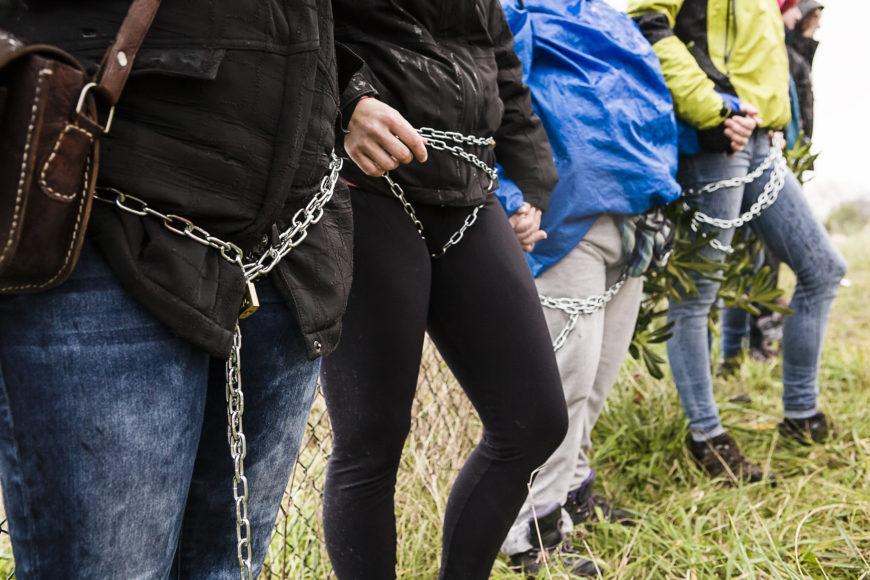 El encadenamiento rememoraba la lucha de las mujeres de Greenham Common. / Foto: J. Marcos