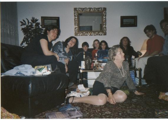 Paz, la abuela de Berta, en el centro con la familia en Navidad.