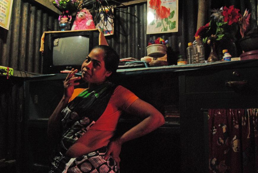 Una de las mujeres que viven en el burdel de Kandapara. / Foto: Zeneida Bernabé