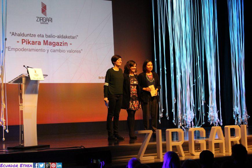 June Fenández (izda) y Tamia Morales (dcha) recogen el Premio Zirgari. / Foto: Ecuador Etxea