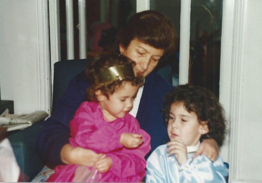 Berta con su abuela Aurita y su prima.