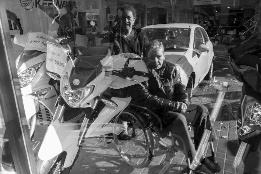 """En su trayecto diario de la casa al gimnasio con su asistente, Isabel se para delante del escaparate de una tienda de motos. Cuando oye rugir una moto, levanta los brazos y grita: """"¡Dale gas, dale gas!""""./ (c) Patricia Bobillo Rodríguez"""