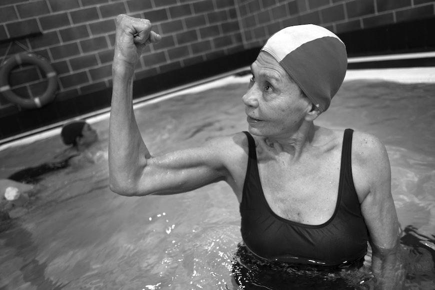 """Gracias a la ayuda de la asistencia domiciliaria Isabel va al gimnasio a diario. Alterna natación y pesas, lo que le proporciona la fuerza necesaria para no perder musculatura y poder así levantarse de la silla por si sola. """"No me puedo permitir quedar postrada en una cama"""", comenta./ (c) Patricia Bobillo Rodríguez"""