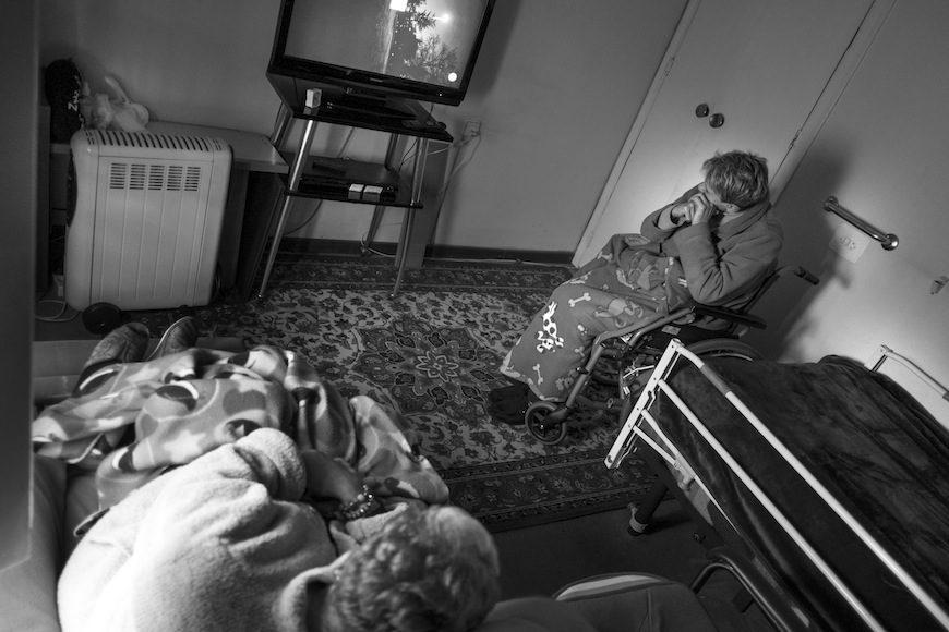 En invierno Maribel e Isabel calientan a ratos únicamente una de las habitaciones de piso, donde pasan la mayoría de las horas. Las mantas y las batas les ayudan a combatir el frío. Llegan a fin de mes con muchas difcultades./ (c) Patricia Bobillo Rodríguez