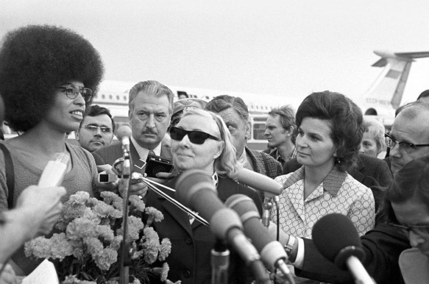 Angela Davis en 1972, durante su encuentro con la astronauta soviética Valentina Tereshkova./ Yuriy Ivanov / Юрий Иванов