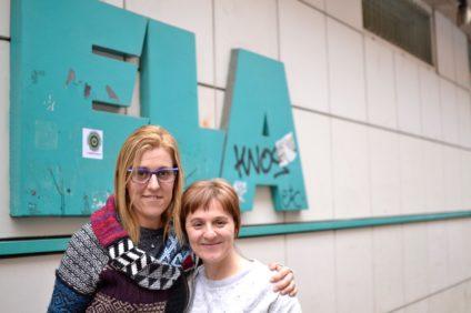 Araceli Llano, delegada sindical y trabajadora de la limpieza en centros de Diputación y Maite Leizegi, representante de ELA. / Foto: Marina León