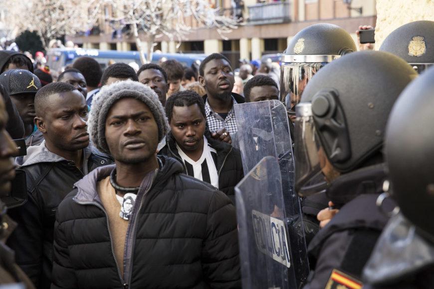 Protestas en la plaza Nelson Mandela en la mañana del 16 de marzo por la muerte de Mame Mbaye. / Foto: David Fer