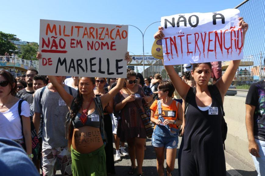 """""""Militarización, no en nombre de Marielle"""" y """"No a la intervención"""", dos de los mensajes de manifestantes contra la muerte de Marielle durante el 18 de marzo en la favela de la Maré, Río de Janeiro. / Foto: Luna Gámez."""