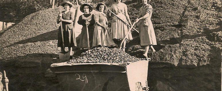 Carboneras de la mina La Encarná, rodeadas de carbón y cargando un vagón con sus palas (Colección Asociación Amigos del Valle de La Hueria / Asturias.es)