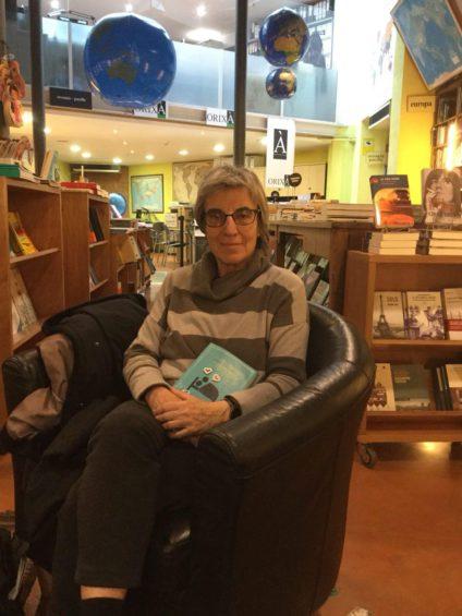 Anna Freixas en la librería en la que se hizo la entrevista. / Foto: Sara Beltrame.
