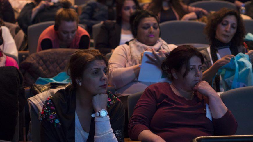 Dos mujeres escuchan las intervenciones durante el congreso. / Foto: Alícia Fàbregas