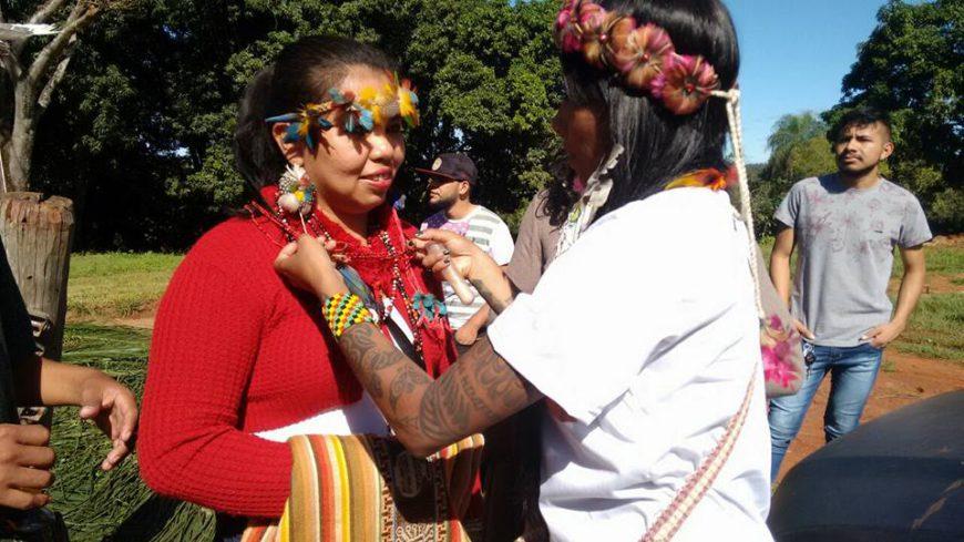 Simone Eloy recibe un collar sagrado de la Madre Jurema protectora de las selvas durante la 10 Assemblea del Pueblo Terena en la Tierra Indígena Buriti. / Foto: cedida