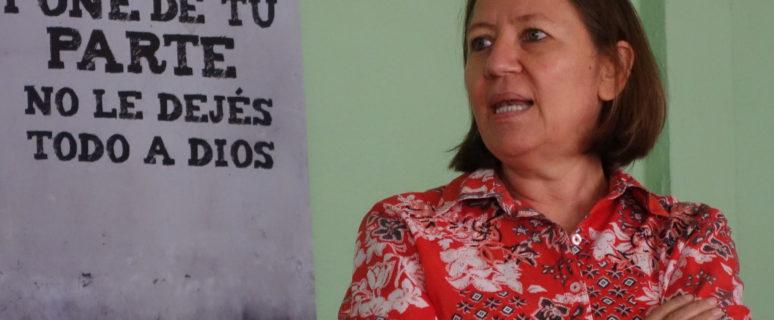 María Teresa Blandón, con un cartel de un de las campañas de La Corriente. / Foto: Carolina Egio Artal