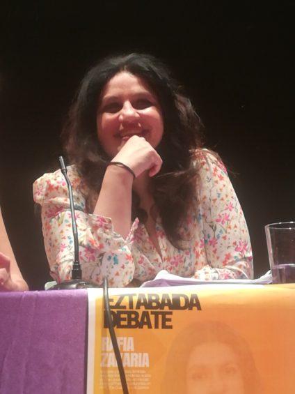 Rafia Zakaria durante la charla en Vitoria-Gasteiz. / Foto: Amaia