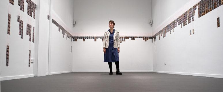 Raquel Friera, en medio de su exposición. /Foto: Claudia Frontino