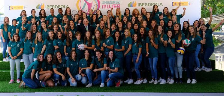 El presidente de Iberdrola, Ignacio Galán, entre diferentes deportistas intregrantes del programa 'Universo Mujer'. / Foto: web Iberdrola.