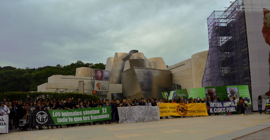 Concentración contra el maltrato animal el viernes 11 de mayo frente al Guggenheim./ Susana Viñolo