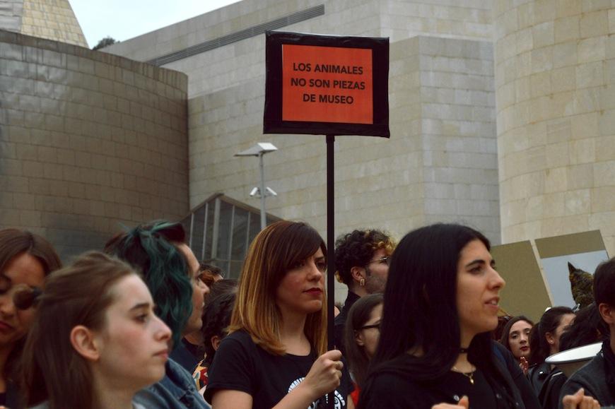 """Una manifestante durante la concentración con un cartel en el que se lee """"Los animales no son piezas de museo""""./ S.V."""