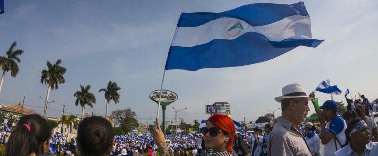 Manifestantes se toman fuente Ruben Darío, durante marcha nacional en Managua./ Oscar Acuña