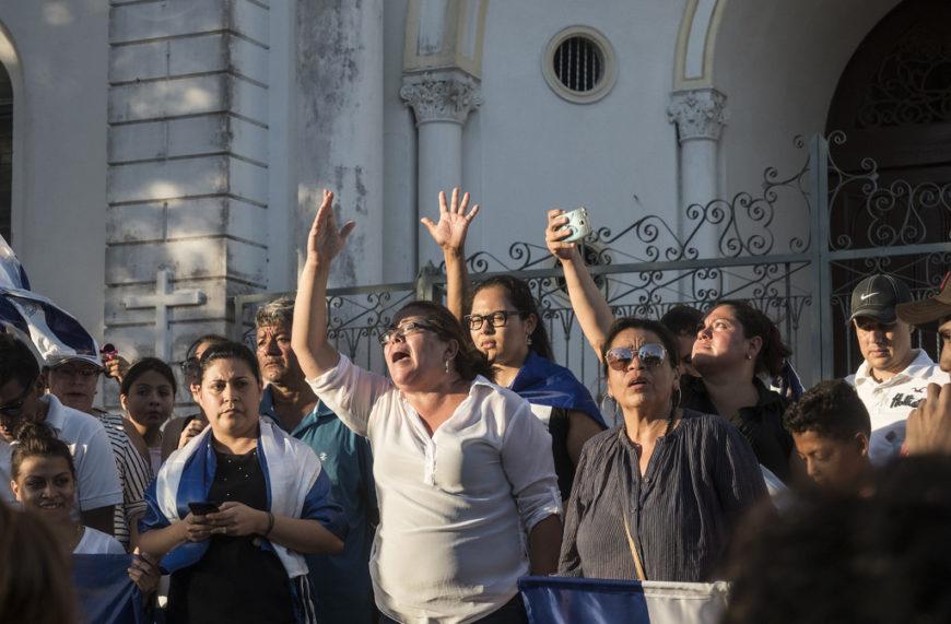 Mujeres claman justicia por las personas muertas y heridas, durante manifestacion en la ciudad de Diriamba./ O.A.