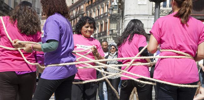 Trabajadoras migradas participando en un acto por los derechos de las mujeres en Madrid./ Bárbara Boyero