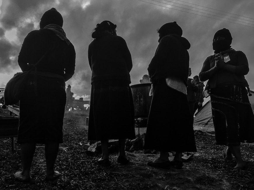 Mujeres zapatistas fotografiadas en penumbra. Antonia ha preferido no salir en fotografías./ B.J.