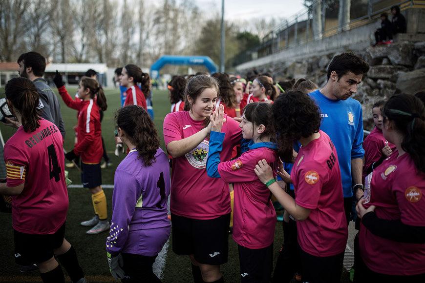 Antes de empezar el partido del Gerunda, los abrazos y las bromas se preceden entre las jugadoras. /Foto: Carles Palacio ©